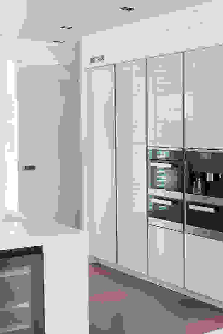 Moderne strakke greeploze witte Tieleman-keuken Moderne keukens van Tieleman Keukens Modern