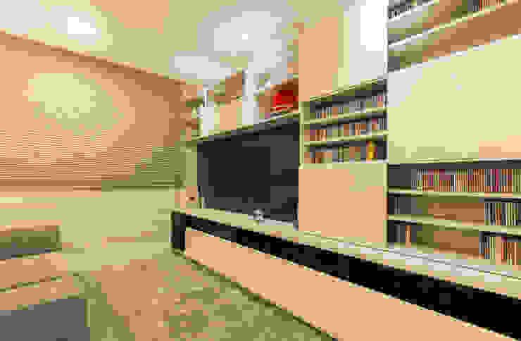 Sala de tv por CASA Arquitetura e design de interiores Eclético