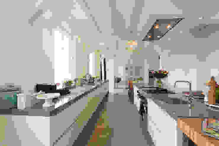 Prachtige moderne boerderij keuken:  Keuken door Tieleman Keukens,