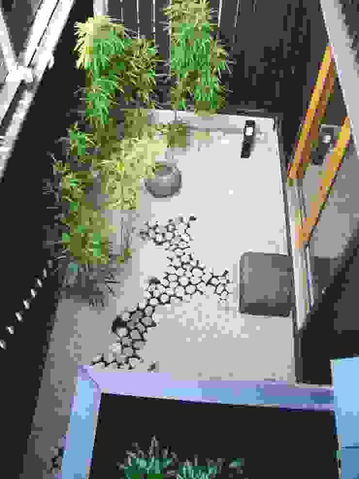 坪庭。 オリジナルな 庭 の 酒井光憲・環境建築設計工房 オリジナル 木 木目調