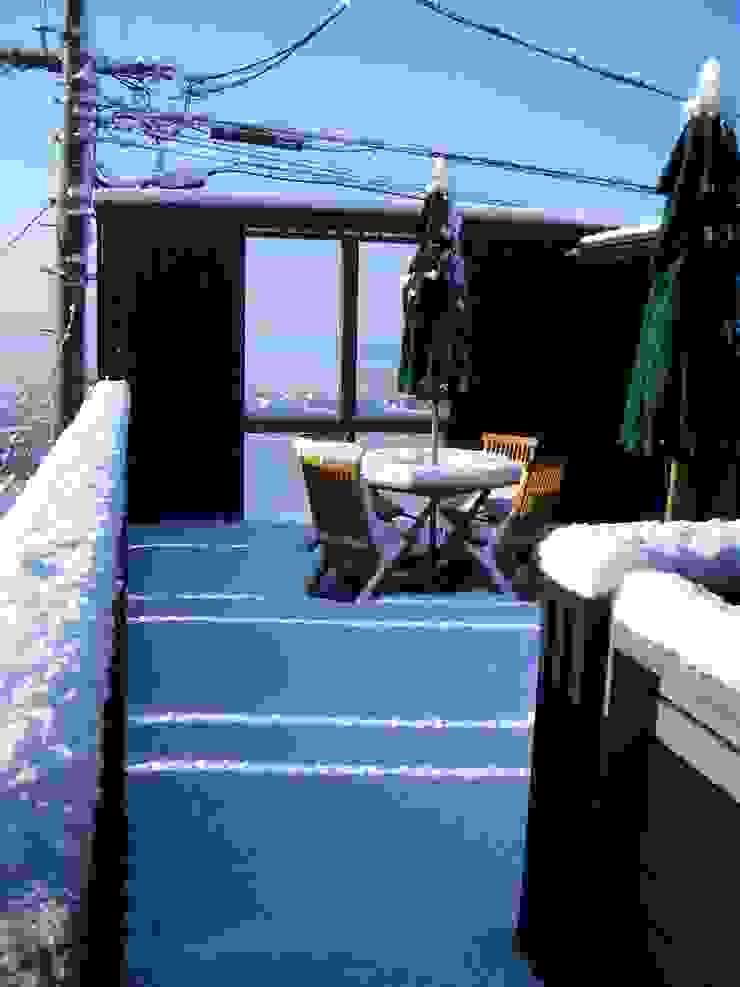 ウッドデッキの雪景色。 オリジナルデザインの テラス の 酒井光憲・環境建築設計工房 オリジナル 木 木目調