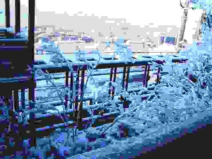 バルコニーから瀬戸内の冬景色を見る。 オリジナルデザインの テラス の 酒井光憲・環境建築設計工房 オリジナル 木 木目調