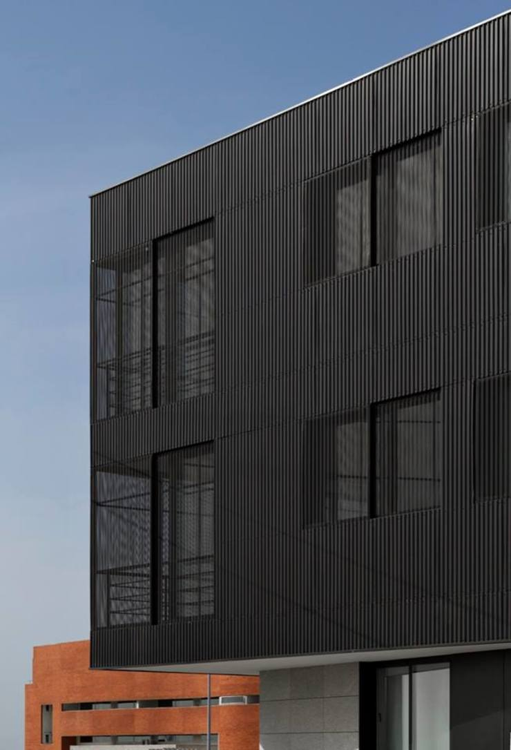 Santiago - Pormenor de alçado Varandas, marquises e terraços modernos por Sónia Cruz - Arquitectura Moderno
