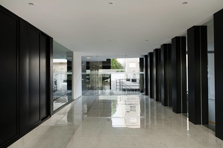 Santiago - Entrada, vista interior Corredores, halls e escadas modernos por Sónia Cruz - Arquitectura Moderno