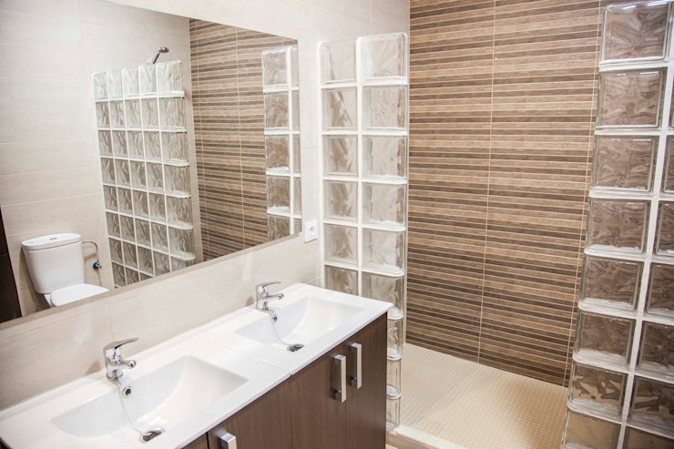 Baños de estilo moderno de Mohedano Estudio de Arquitectura S.L.P. Moderno