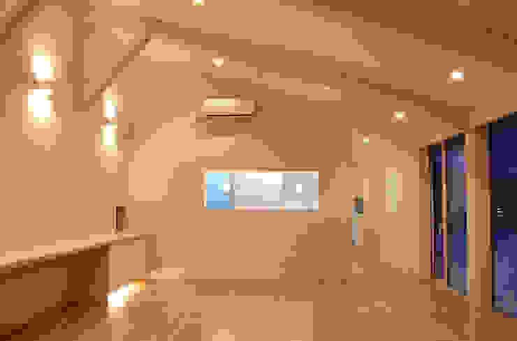 O house モダンデザインの リビング の TAC一級建築士事務所 モダン