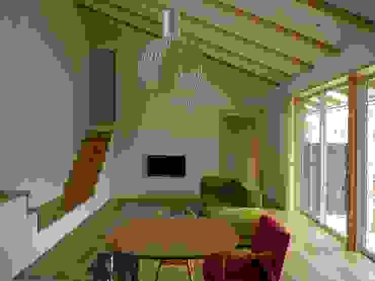 袋井の家 LD: 木名瀬佳世建築研究室が手掛けたリビングです。,モダン 木 木目調