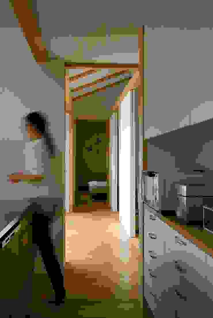 袋井の家 キッチンから廊下を見る。 モダンな キッチン の 木名瀬佳世建築研究室 モダン 木 木目調