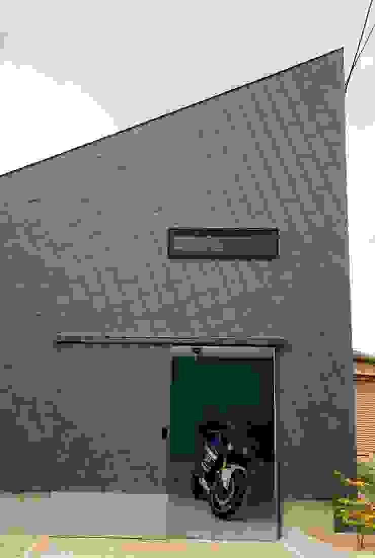 袋井の家 バイク用ガレージ モダンデザインの ガレージ・物置 の 木名瀬佳世建築研究室 モダン