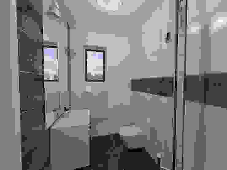 Widok na okno Nowoczesna łazienka od Katarzyna Wnęk Nowoczesny