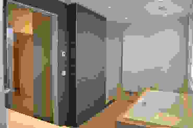 Woonhuis Nieuw-Vennep Minimalistische badkamers van homify Minimalistisch