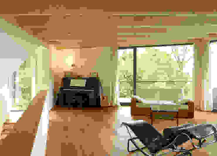 Salas de estilo moderno de K2 Architekten GbR Moderno Madera Acabado en madera