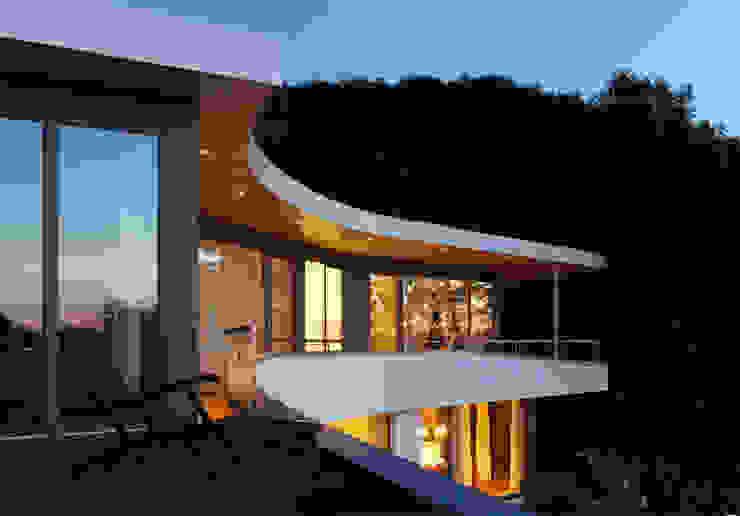 Balcones y terrazas de estilo moderno de K2 Architekten GbR Moderno Madera Acabado en madera