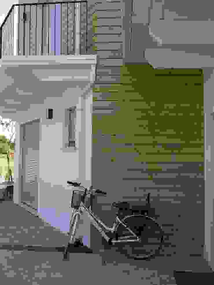 particolare ingresso Case moderne di Archética Moderno Legno Effetto legno