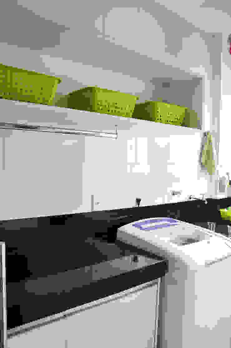 Paredes y pisos de estilo moderno de Novità - Reformas e Soluções em Ambientes Moderno