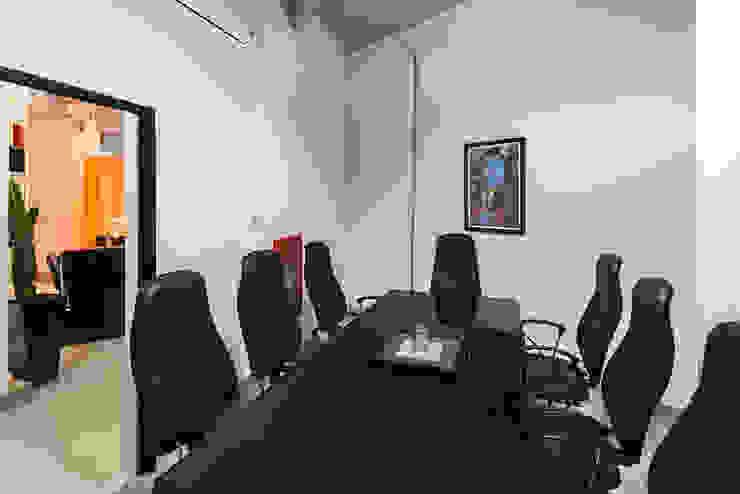 Sala de reuniões internas Lojas & Imóveis comerciais modernos por Novità - Reformas e Soluções em Ambientes Moderno