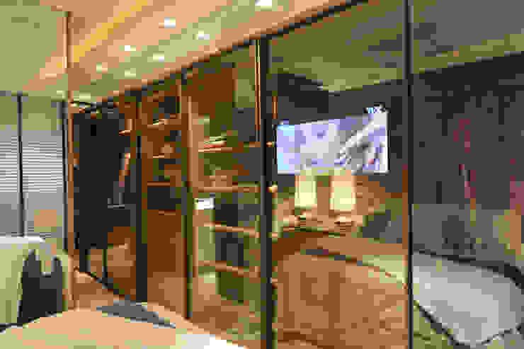 Vestidores y placares de estilo  por ANNA MAYA ARQUITETURA E ARTE , Moderno Vidrio