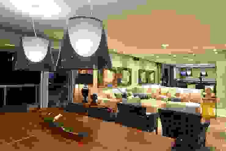 Apartamento Orla Marítima ANNA MAYA ARQUITETURA E ARTE Salas de jantar modernas Madeira Bege