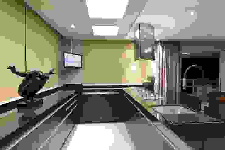 ANNA MAYA ARQUITETURA E ARTE Modern kitchen Marble Beige