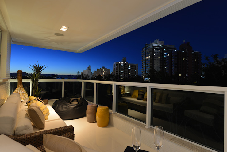 Apartamento Orla Marítima Varandas, alpendres e terraços modernos por ANNA MAYA ARQUITETURA E ARTE Moderno Fibra natural Bege