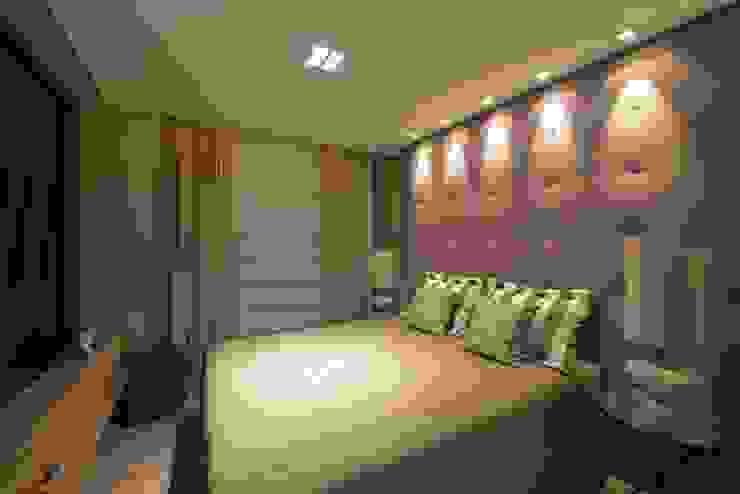 Apartamento Orla Marítima Quartos modernos por ANNA MAYA ARQUITETURA E ARTE Moderno Têxtil Ambar/dourado