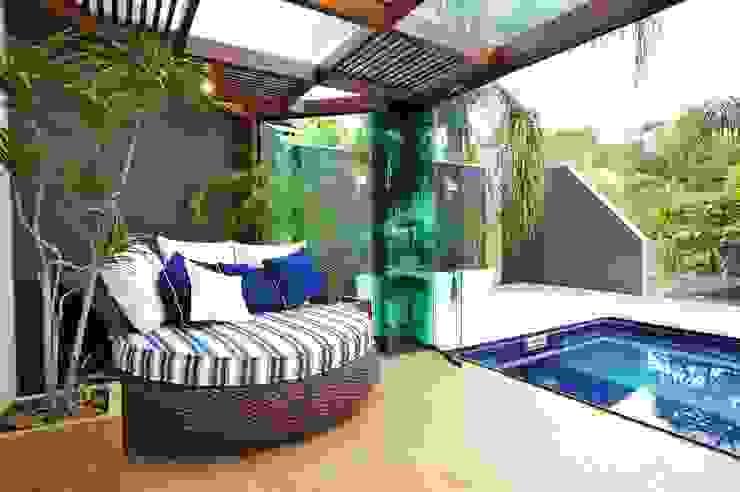 Casa Bosque das Mansões II Varandas, alpendres e terraços modernos por ANNA MAYA ARQUITETURA E ARTE Moderno Madeira Efeito de madeira