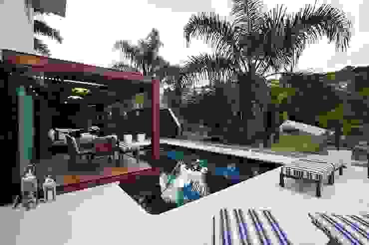 Hồ bơi phong cách hiện đại bởi ANNA MAYA ARQUITETURA E ARTE Hiện đại gốm sứ