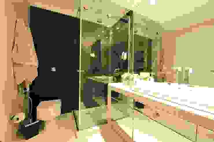 Phòng tắm phong cách hiện đại bởi ANNA MAYA ARQUITETURA E ARTE Hiện đại Đá hoa