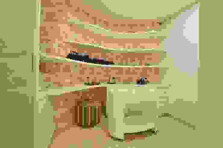 Phòng thay đồ phong cách hiện đại bởi ANNA MAYA ARQUITETURA E ARTE Hiện đại MDF