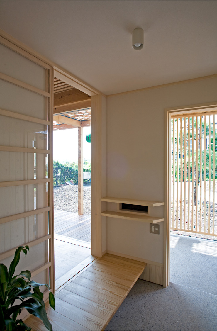Pasillos, vestíbulos y escaleras de estilo ecléctico de 尾日向辰文建築設計事務所 Ecléctico