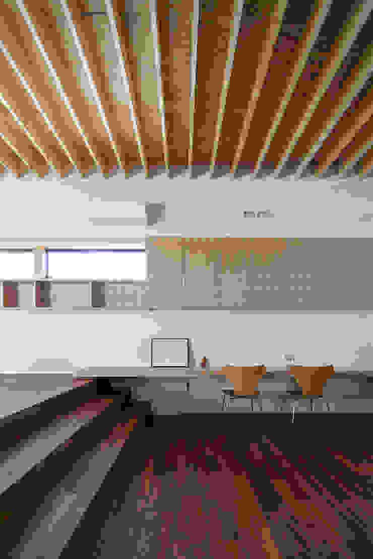 高低差のあるリビングとダイニング|深沢の家 オリジナルデザインの リビング の U建築設計室 オリジナル