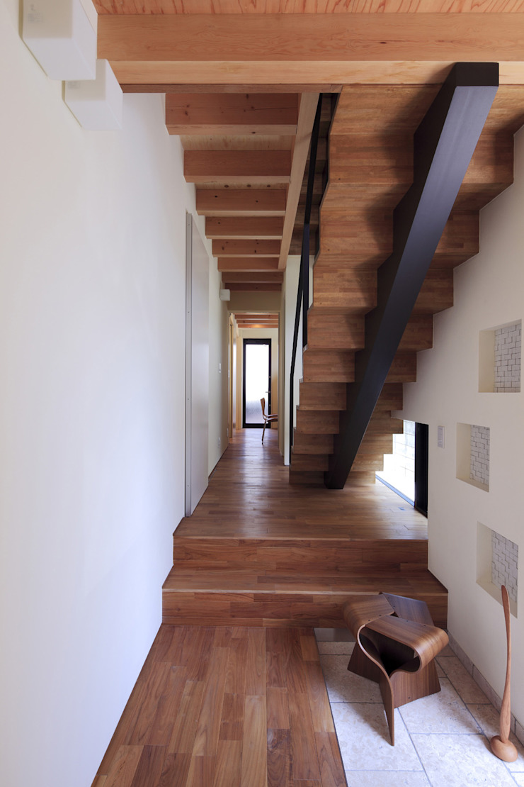Modern corridor, hallway & stairs by U建築設計室 Modern