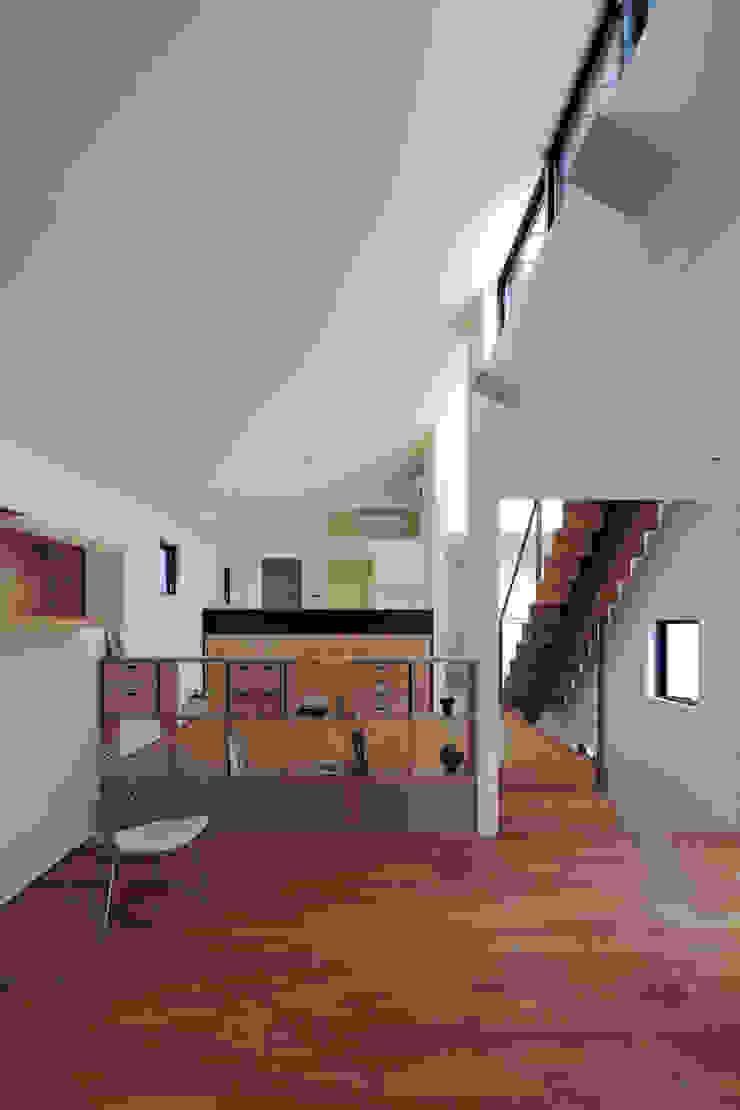 勾配天井のLDK|桜坂の家 モダンデザインの リビング の U建築設計室 モダン