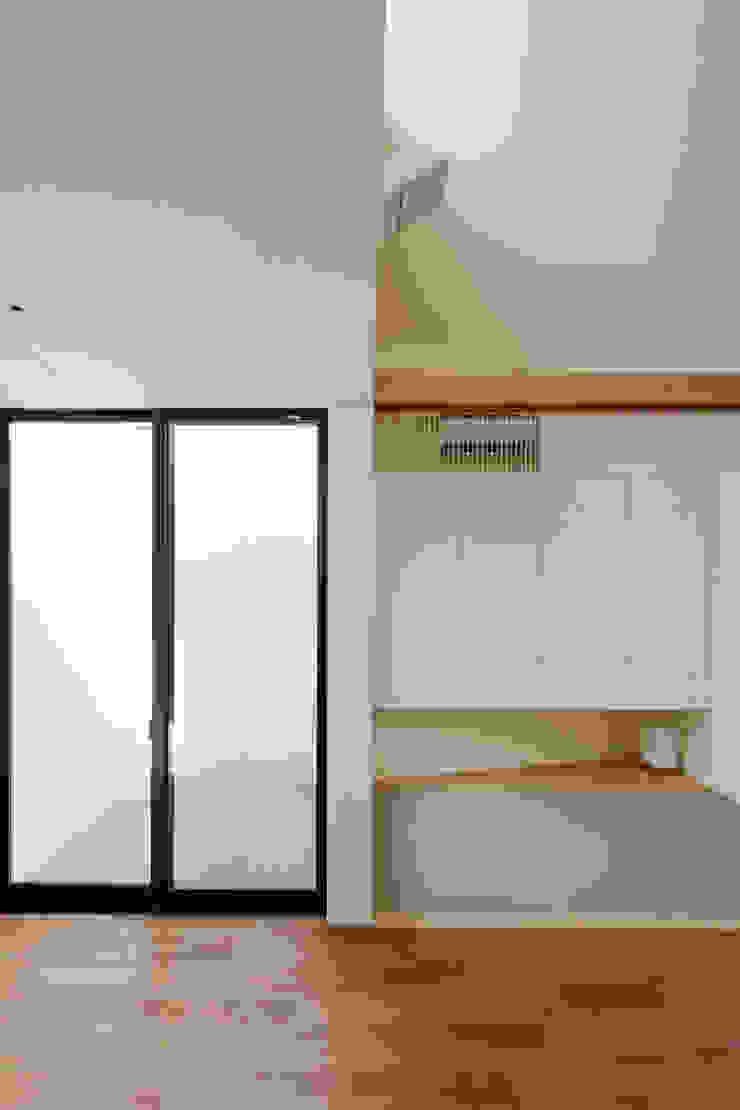 リビングに接する和室|桜坂の家 モダンデザインの 多目的室 の U建築設計室 モダン