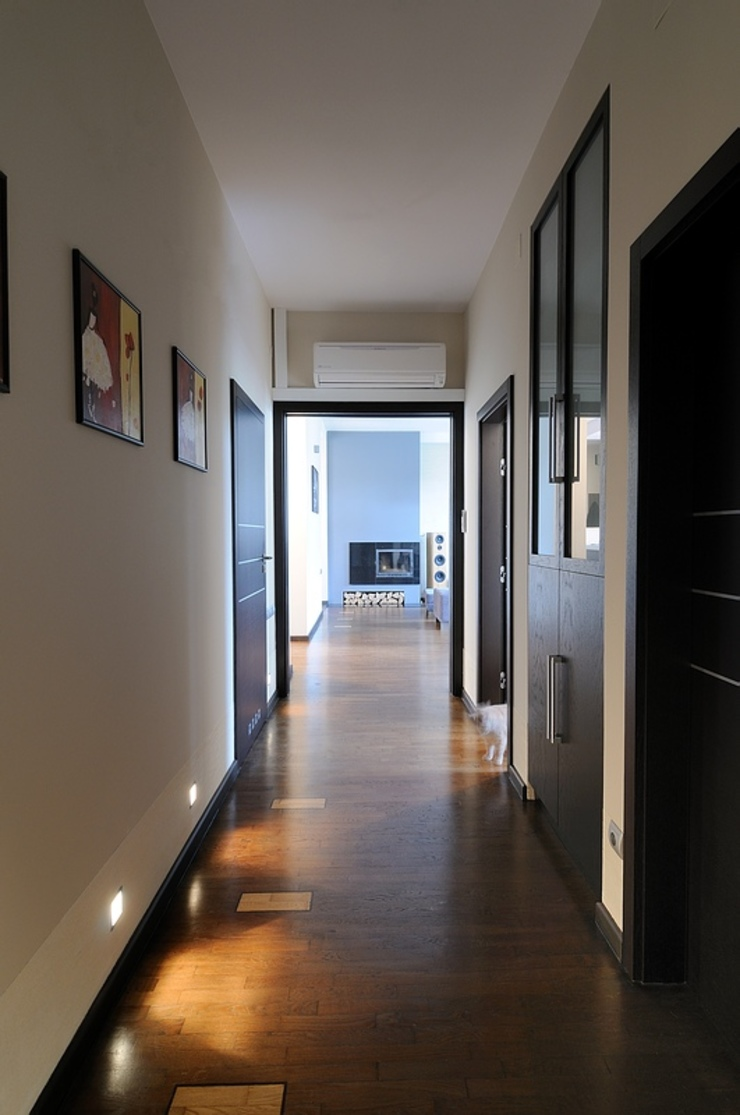 Apartament w sercu Krakowa Nowoczesny korytarz, przedpokój i schody od ARTEMA PRACOWANIA ARCHITEKTURY WNĘTRZ Nowoczesny