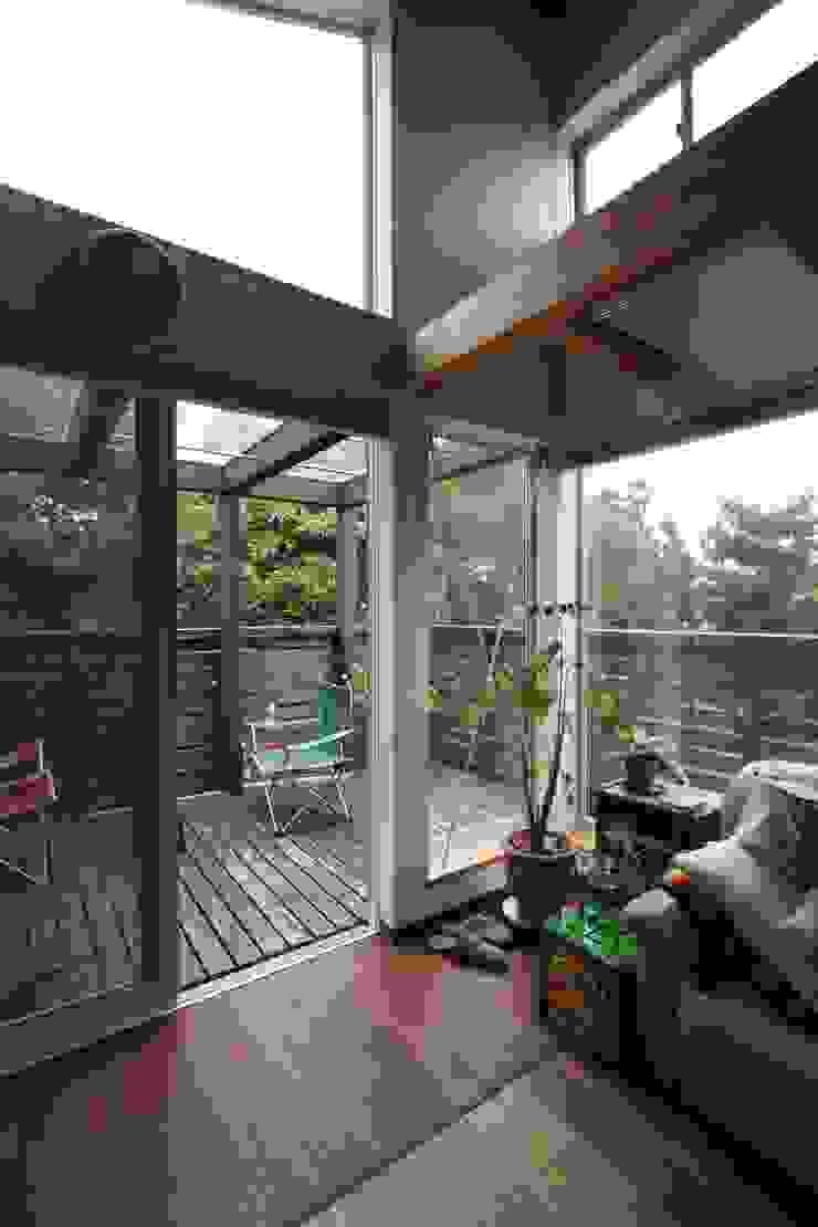回廊テラスで緑と接する2世帯住宅 北欧デザインの テラス の アトリエグローカル一級建築士事務所 北欧