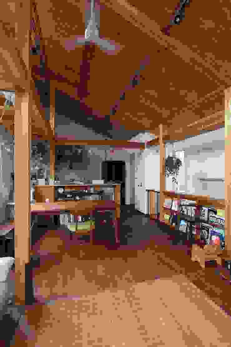 回廊テラスで緑と接する2世帯住宅 北欧デザインの ダイニング の アトリエグローカル一級建築士事務所 北欧