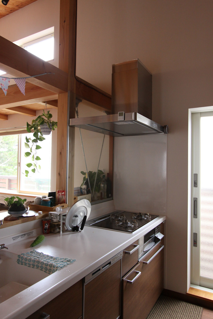 回廊テラスで緑と接する2世帯住宅 北欧デザインの キッチン の アトリエグローカル一級建築士事務所 北欧