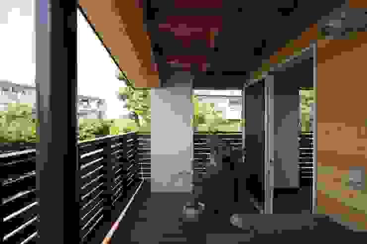 回廊テラスで緑と接する2世帯住宅 北欧風 家 の アトリエグローカル一級建築士事務所 北欧