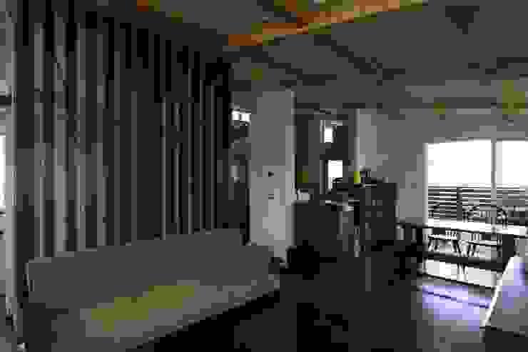 回廊テラスで緑と接する2世帯住宅 北欧デザインの リビング の アトリエグローカル一級建築士事務所 北欧