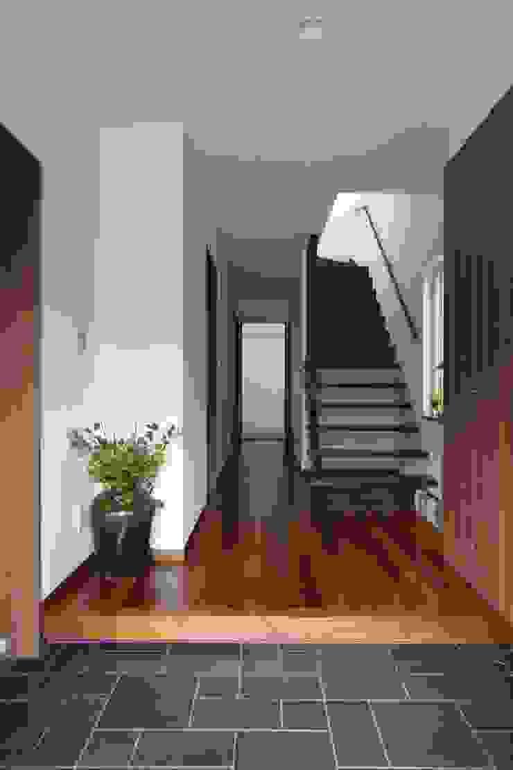 回廊テラスで緑と接する2世帯住宅 北欧スタイルの 玄関&廊下&階段 の アトリエグローカル一級建築士事務所 北欧