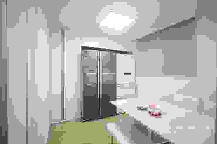 Кухня в стиле модерн от 홍예디자인 Модерн