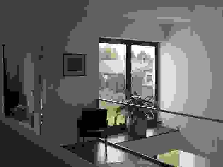 Modern corridor, hallway & stairs by ŁUKASZ ŁADZIŃSKI ARCHITEKT Modern
