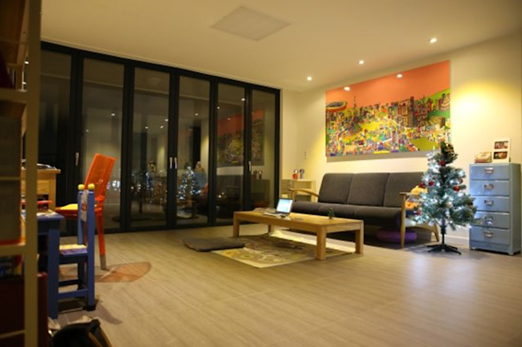 거실 : 손잡이와 포스터를 활용한 컬러의 리듬감 모던스타일 거실 by The livingfactory 모던