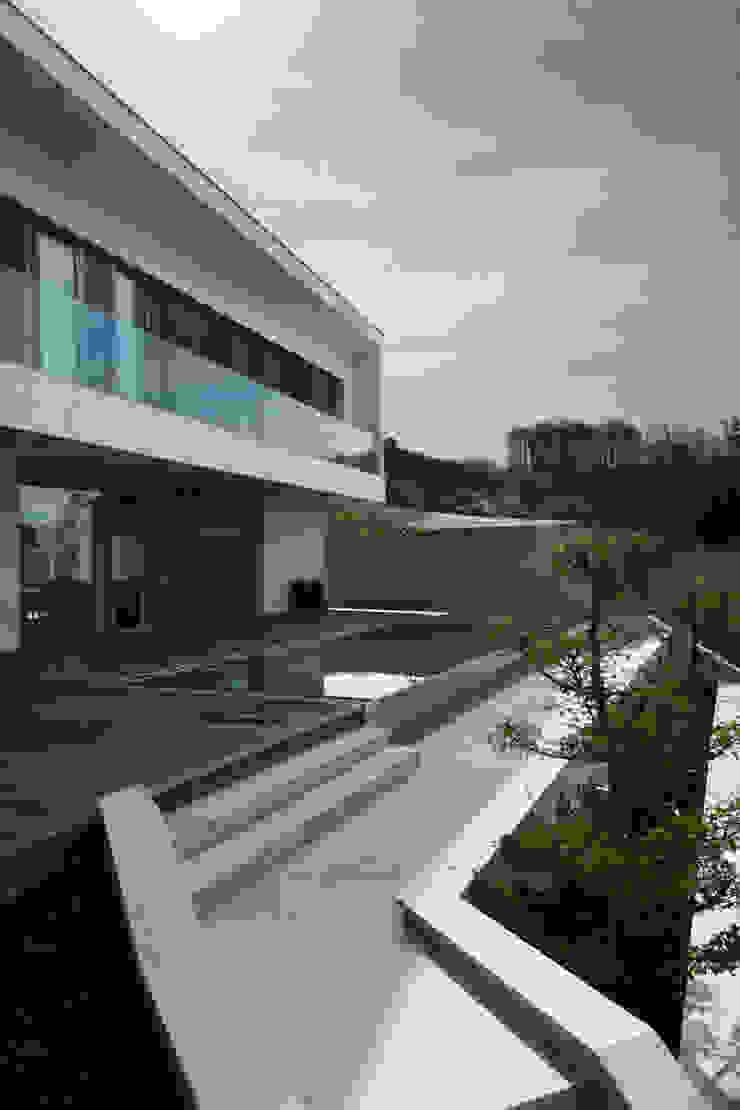 Anthrazitarchitekten Balcones y terrazas de estilo moderno