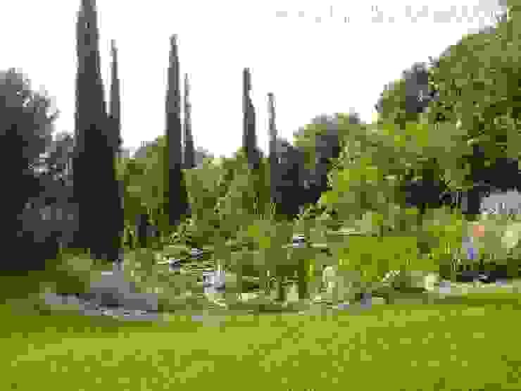 Estanque de Girona Jardines modernos: Ideas, imágenes y decoración de abpaisajismo Moderno