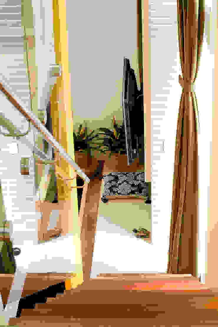 EVELIN SAYAR ARQUITETURA E INTERIORES Коридор, прихожая и лестница в модерн стиле