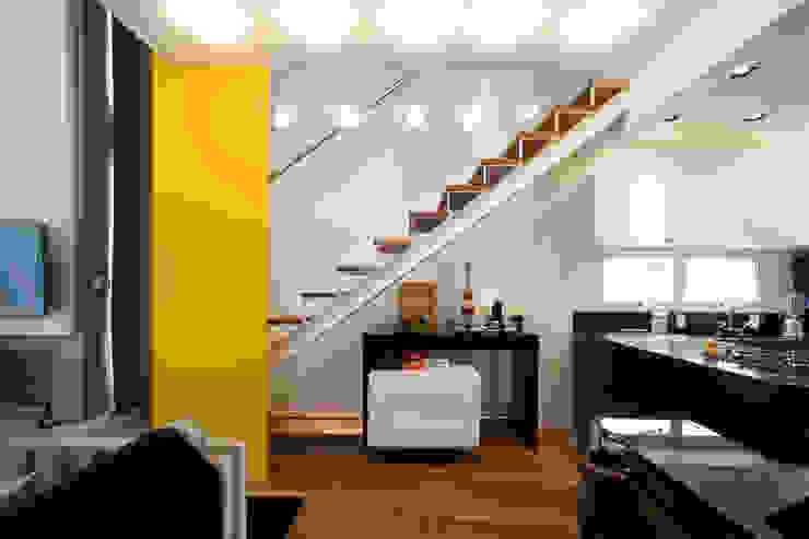 Loft no bairro Jardim Paulista Corredores, halls e escadas modernos por EVELIN SAYAR ARQUITETURA E INTERIORES Moderno