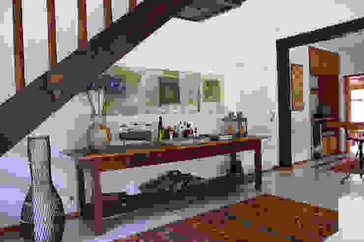 Ingresso, Corridoio & Scale in stile coloniale di FLAVIO BERREDO ARQUITETURA E CONSTRUÇÃO Coloniale