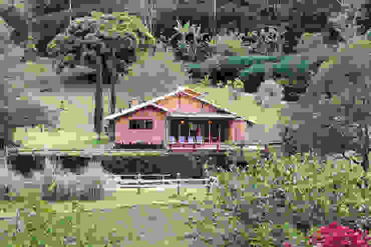 Casas de estilo  por FLAVIO BERREDO ARQUITETURA E CONSTRUÇÃO, Colonial